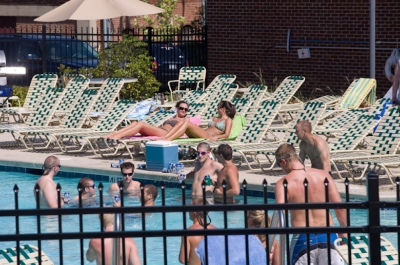 Sunbathing area next to the pool