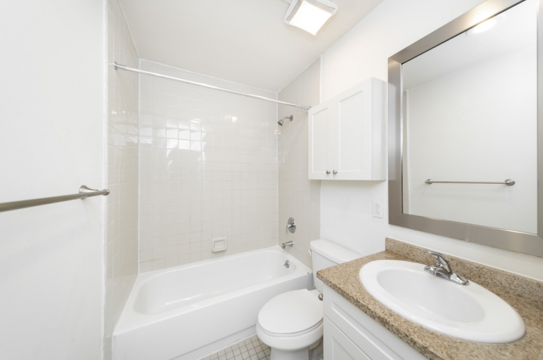 1114 Pine Street bathroom