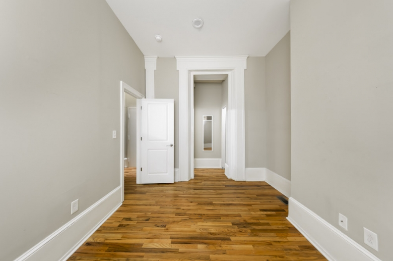 924 Pine Street bedroom